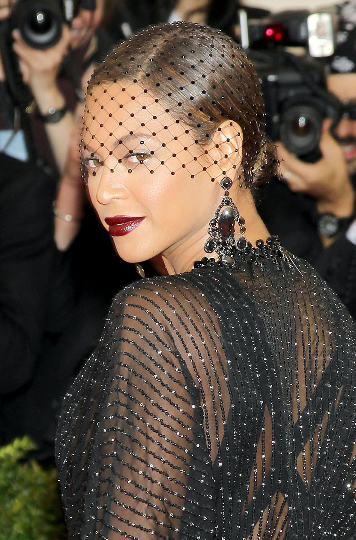 Beyoncé et son chignon bas surmonté d'une voilette - Beyoncé fête ses 38 ans : retour sur son ...