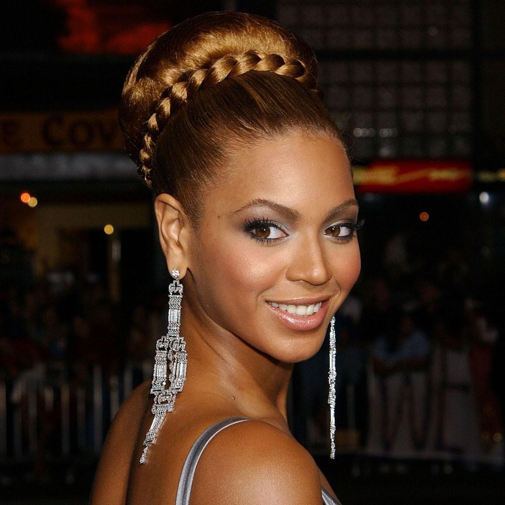 Chignon natté - Beyoncé : retour sur ses plus belles coiffures - Elle