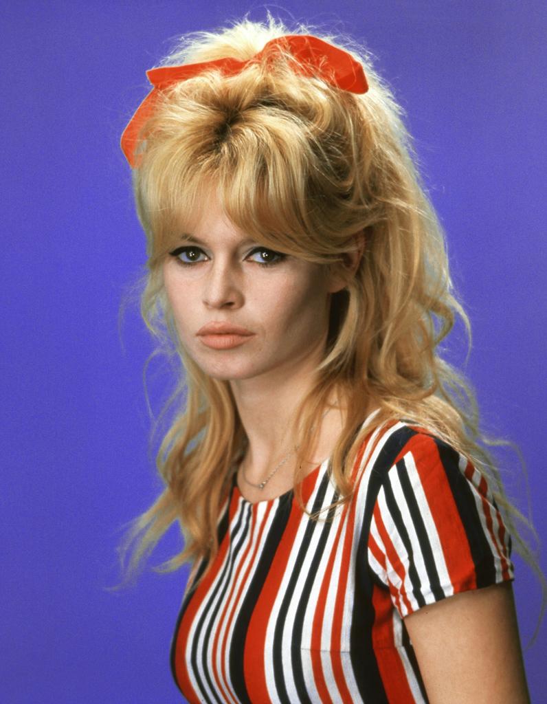 La chevelure sauvageonne de Brigitte Bardot en 1962 ...