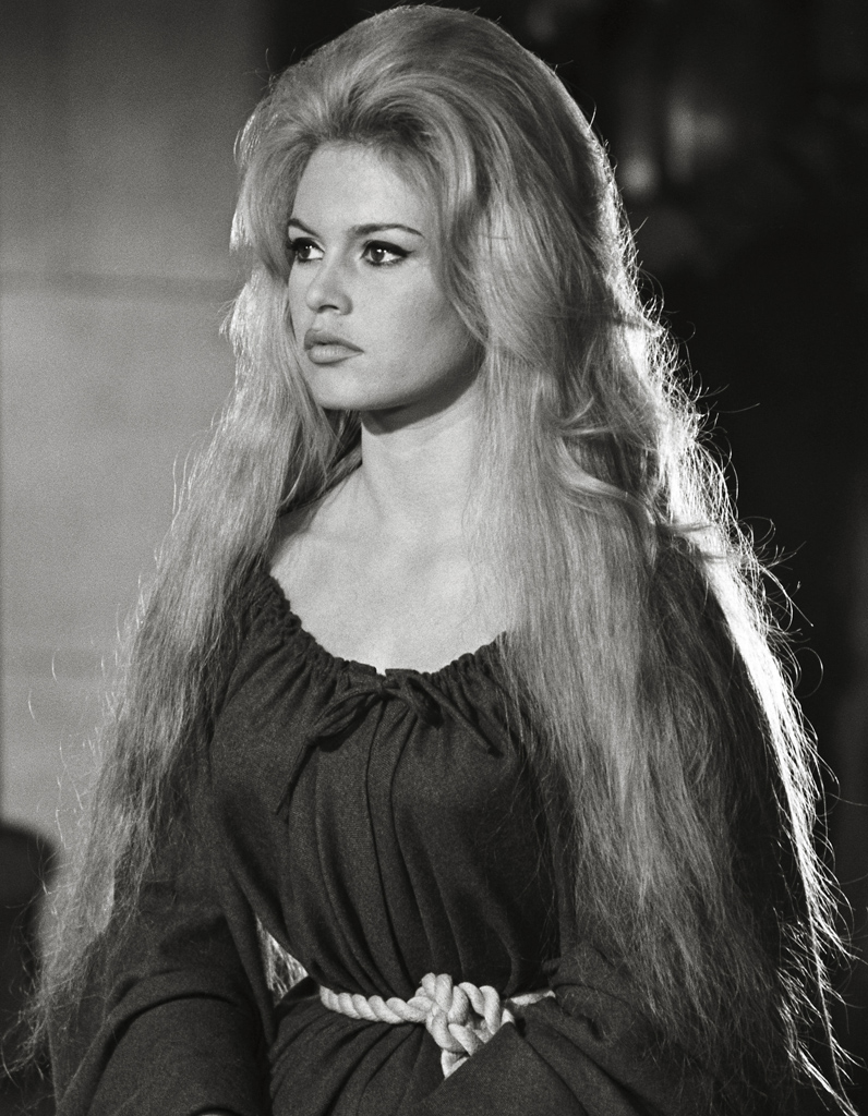 La chevelure spectaculaire de Brigitte Bardot en 1961 dans ...