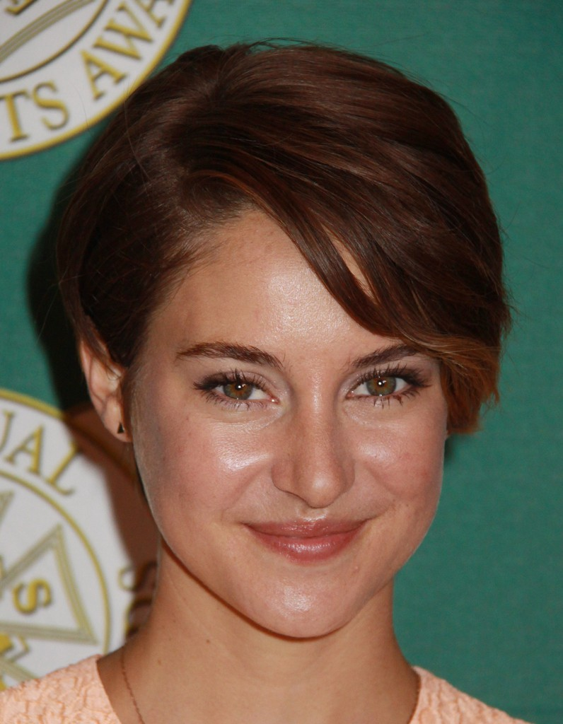 un brun chaud aux reflets roux cheveux courts sur tapis rouge shailene woodley a tout bon elle. Black Bedroom Furniture Sets. Home Design Ideas