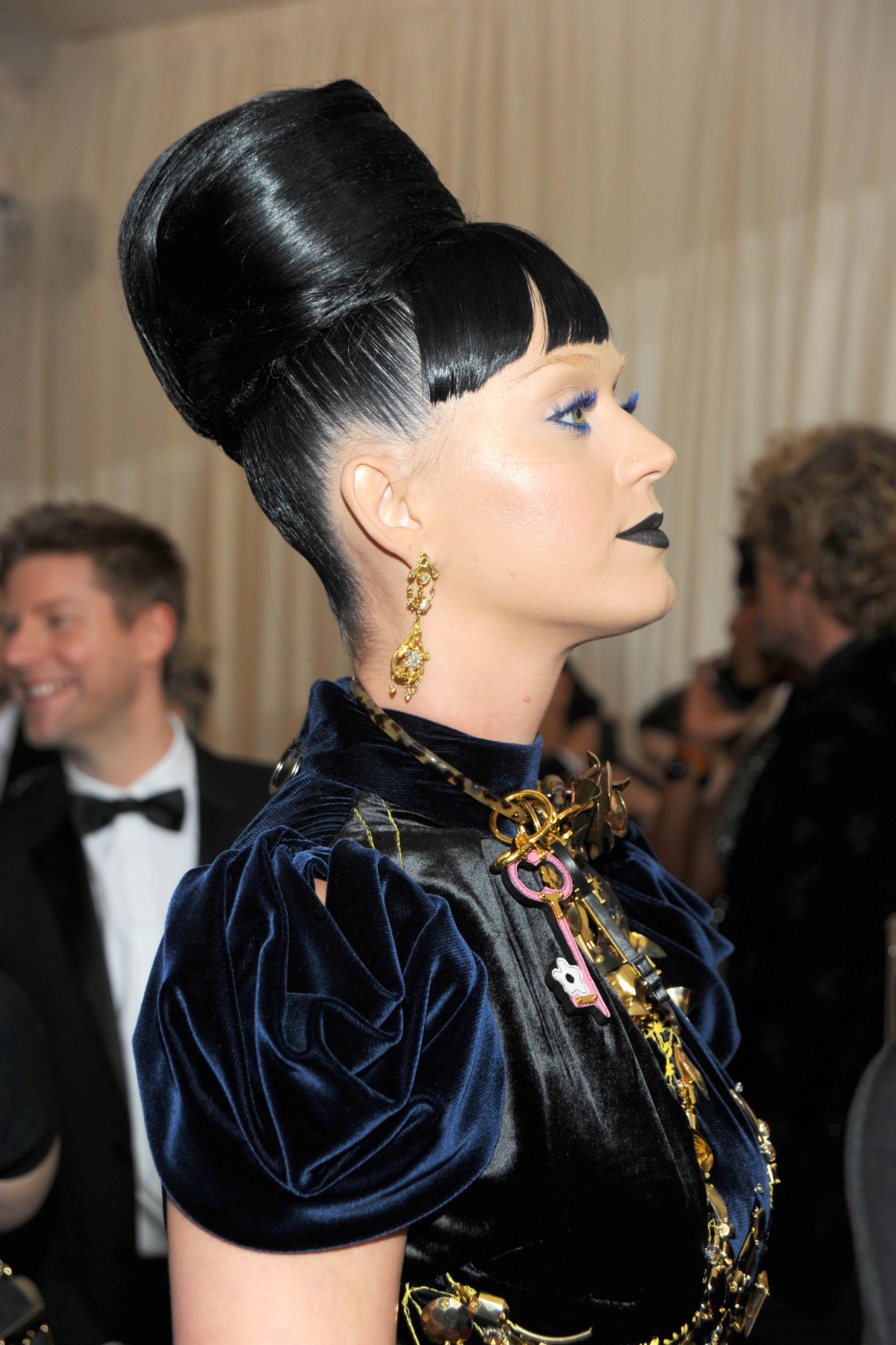 La coiffure d\u0027inspiration égyptienne de Katy Perry , Met Ball 2018  les  plus belles mises en beauté des stars , Elle