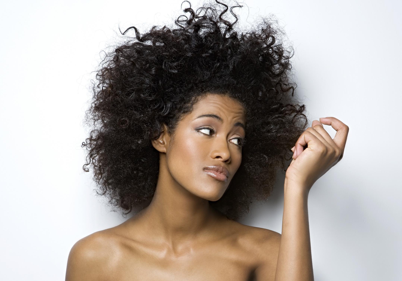cheveux qui tombent 3 conseils de pro pour lutter contre les cheveux qui tombent elle. Black Bedroom Furniture Sets. Home Design Ideas