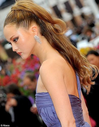 http://www.elle.fr/var/plain_site/storage/images/beaute/cheveux/coiffure/cannes-2009-un-festival-de-coiffures/devon-aoki/11324813-1-fre-FR/devon_aoki_reference.jpg
