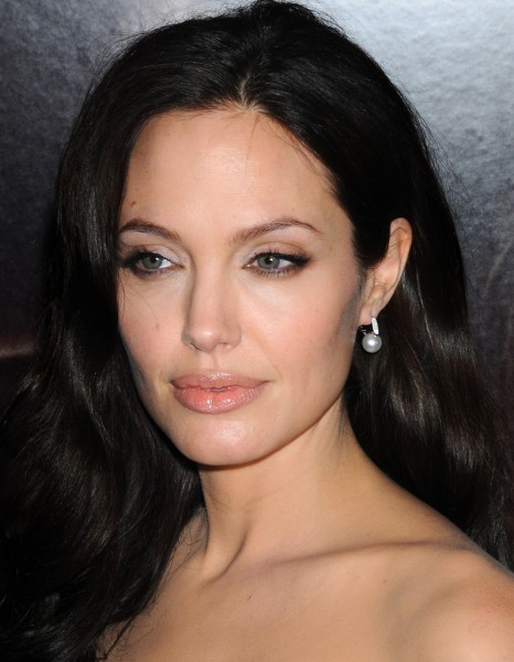 angelina jolie et sa coloration brune cheveux ces stars qui reviennent au naturel elle. Black Bedroom Furniture Sets. Home Design Ideas