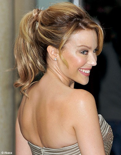 kylie minogue cheveux on opte pour la queue de cheval elle. Black Bedroom Furniture Sets. Home Design Ideas