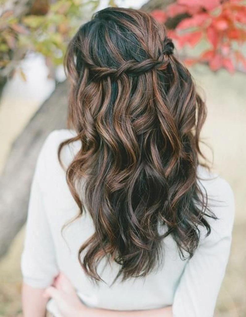 Coiffure romantique cheveux bouclés , 27 coiffures romantiques pas si cucul  ! , Elle