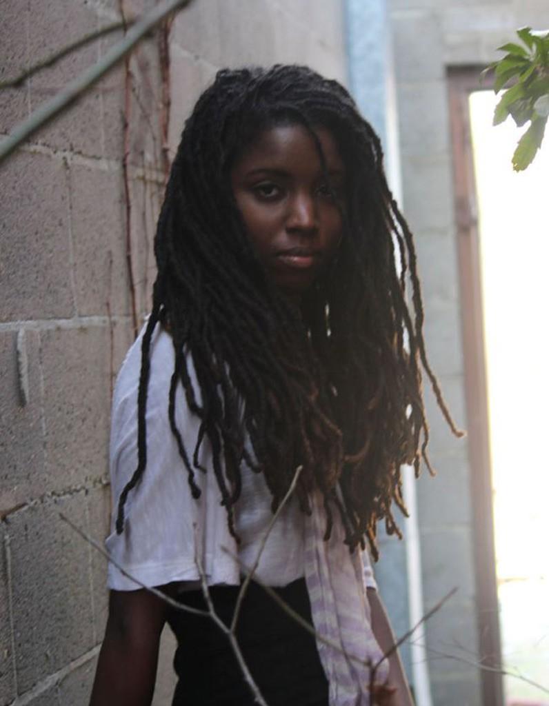 coiffure afro tissage hiver 2015 coiffures afro les filles styl es donnent le ton elle. Black Bedroom Furniture Sets. Home Design Ideas