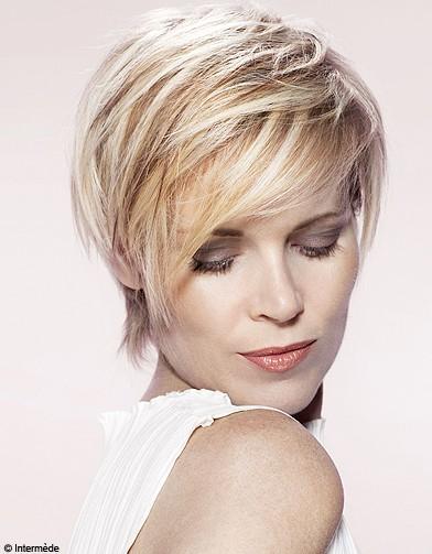 http://www.elle.fr/var/plain_site/storage/images/beaute/cheveux/coiffure/coiffures-et-coupes-les-collections-printemps-ete-des-coiffeurs/beaute-cheveux-coiffure-tendance-intermede-ete2011-6-01/16868147-1-fre-FR/Beaute-cheveux-coiffure-tendance-Intermede-Ete2011-6-01_reference.jpg