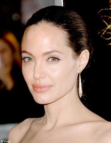http://www.elle.fr/var/plain_site/storage/images/beaute/cheveux/coiffure/coiffures-les-stars-adeptes-du-wet-dry/angelina-jolie/12299292-1-fre-FR/angelina_jolie_reference.jpg