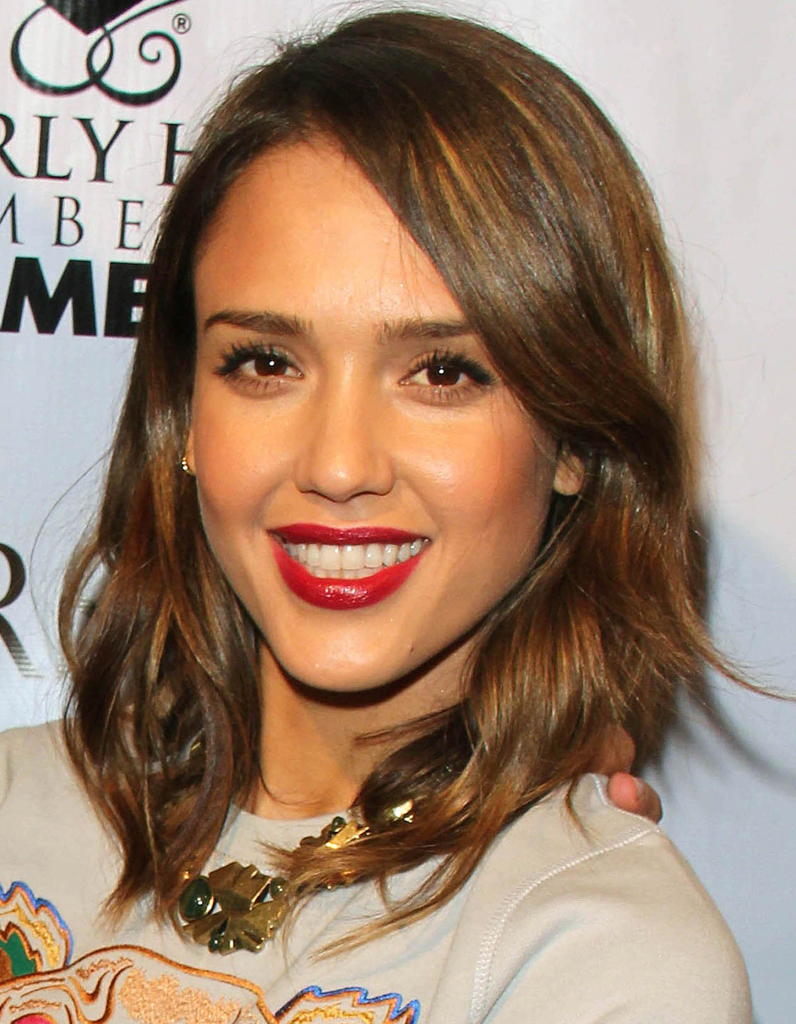 le carr flou de jessica alba le carr flou nouvelle coupe pr f r e des stars elle. Black Bedroom Furniture Sets. Home Design Ideas