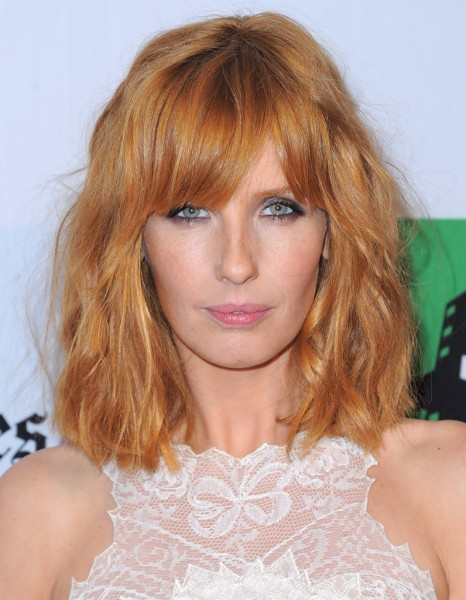 le carr flou de kelly reilly le carr flou nouvelle coupe pr f r e des stars elle. Black Bedroom Furniture Sets. Home Design Ideas