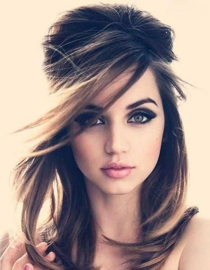 Coupe cheveux mi long raide visage rond