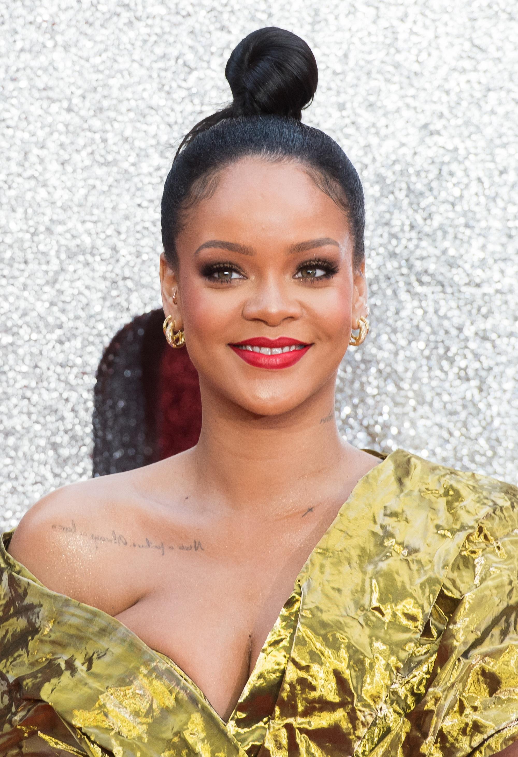 Chignon Haut Coiffure Rihanna Toutes Ses Coupes En Images Elle