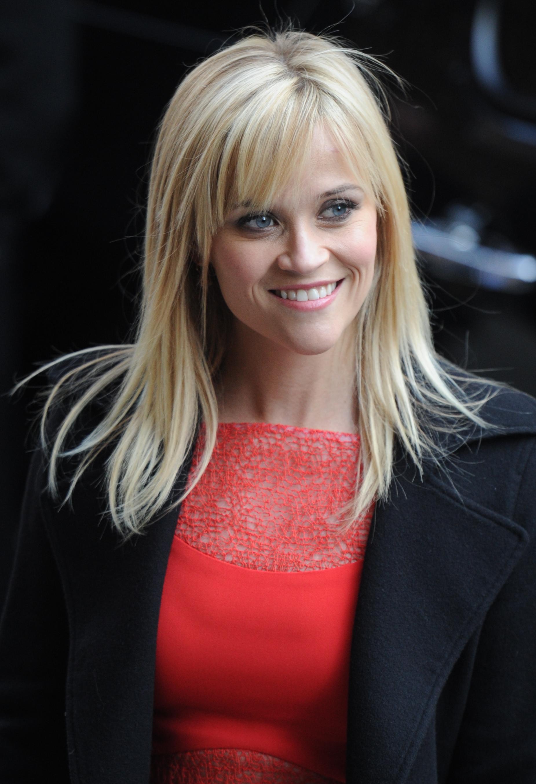 Reese witherspoon avec une frange effil e sur le c t la for Coupe de cheveux test avec photo