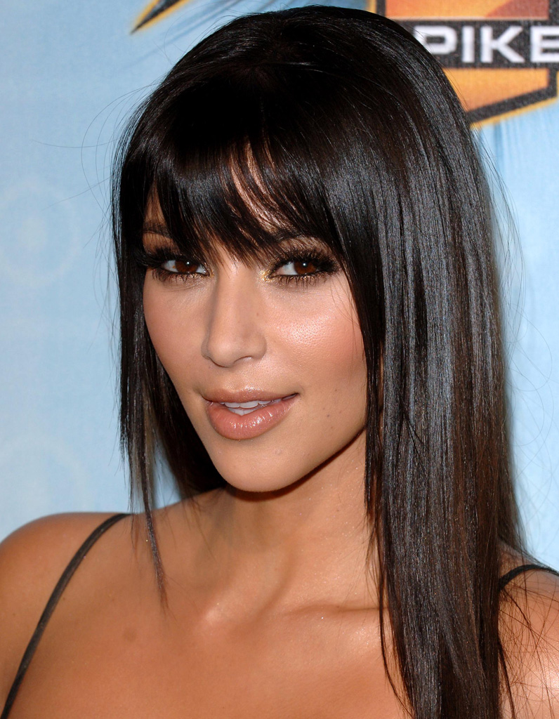 kim kardashian avec une frange en d cembre 2008 kim kardashian toutes ses coupes en images. Black Bedroom Furniture Sets. Home Design Ideas