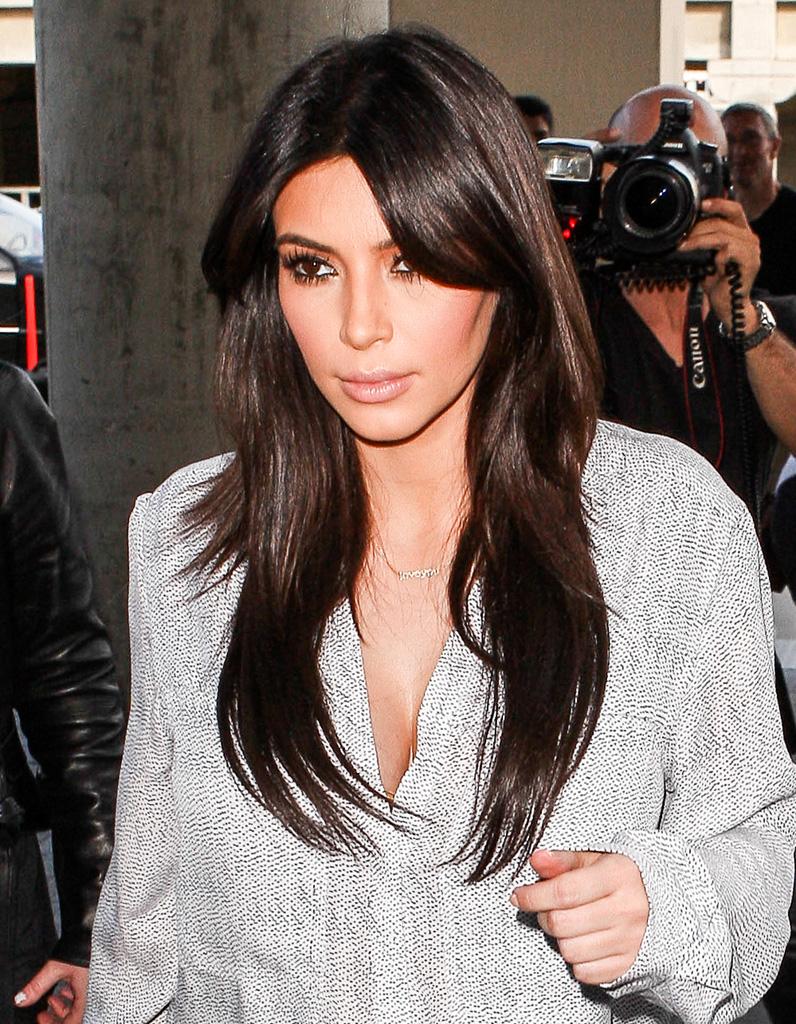 kim kardashian brune cheveux liss s et m che sur le c t. Black Bedroom Furniture Sets. Home Design Ideas