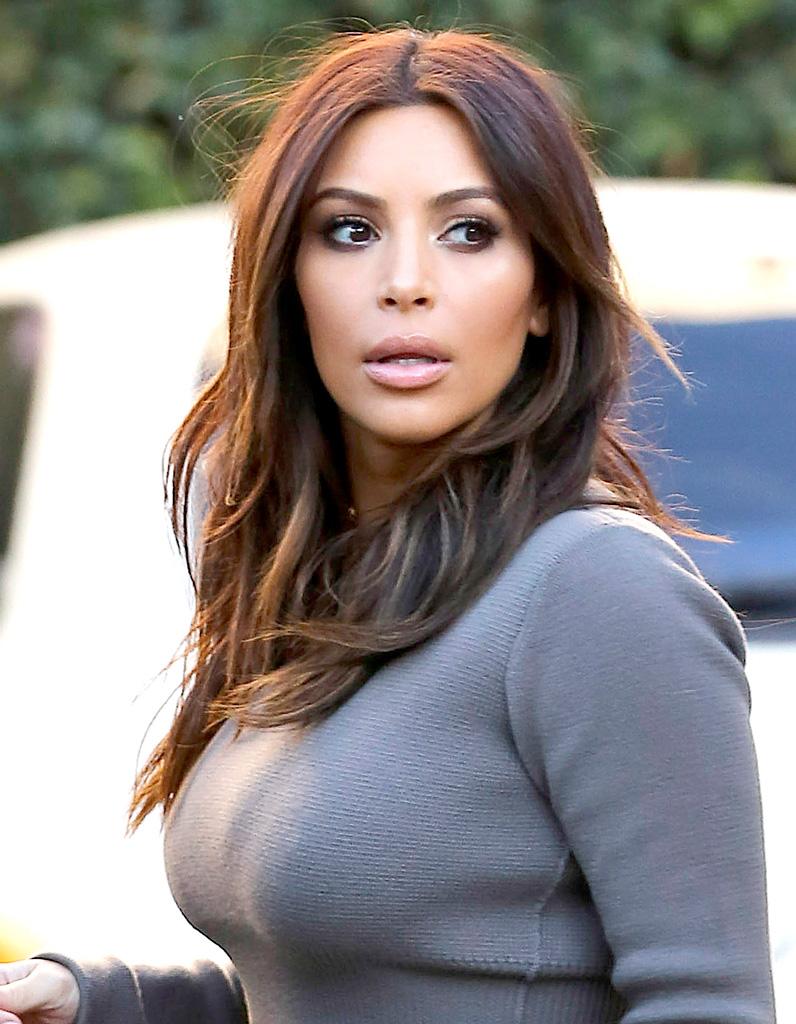 Kim Kardashian Cheveux Mi Longs Reflets Cuivres En Fevrier 2014 Kim Kardashian Toutes Ses Coupes En Images Elle