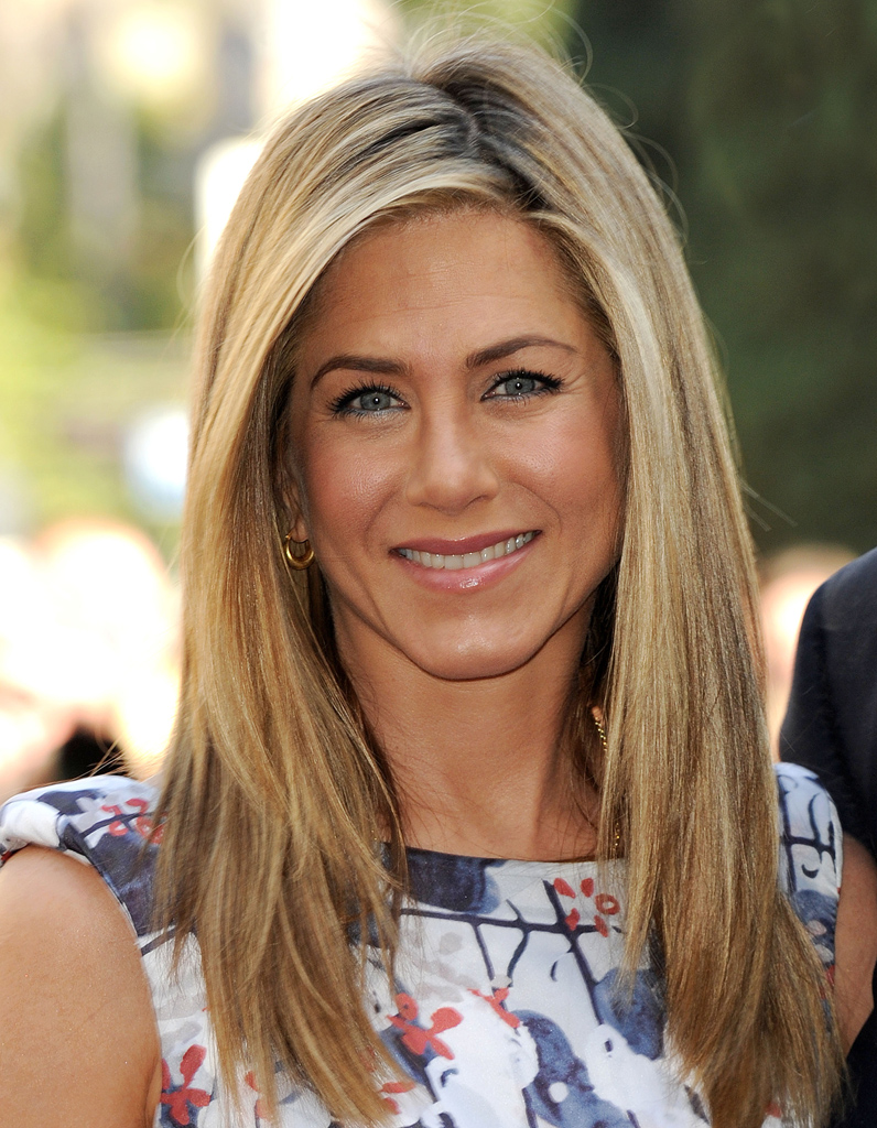la raie sur le c t en 2012 l volution coiffure de jennifer aniston elle. Black Bedroom Furniture Sets. Home Design Ideas