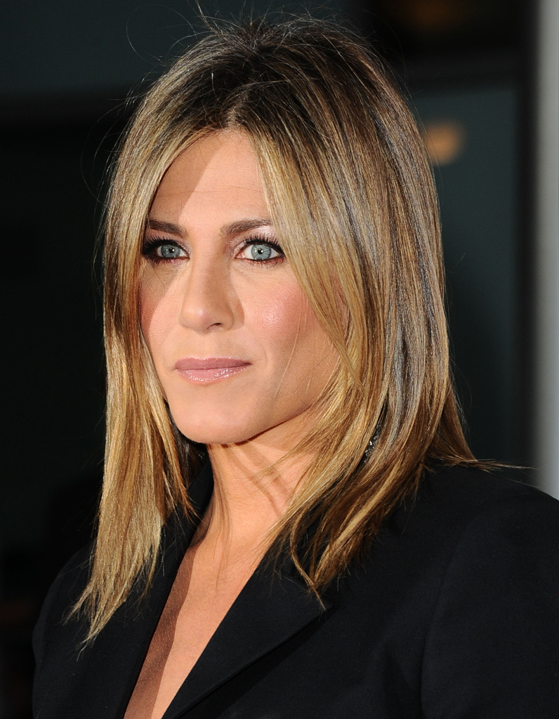 le carr long dor de jennifer aniston en 2014 l. Black Bedroom Furniture Sets. Home Design Ideas