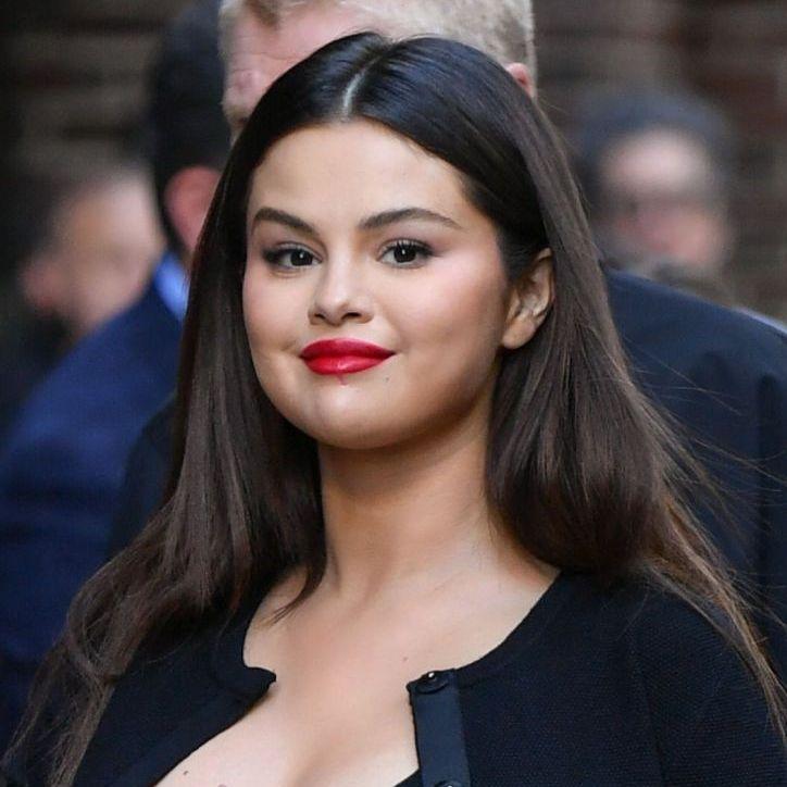 Selena Gomez change radicalement de coupe de cheveux et opte pour la coiffure tendance du moment