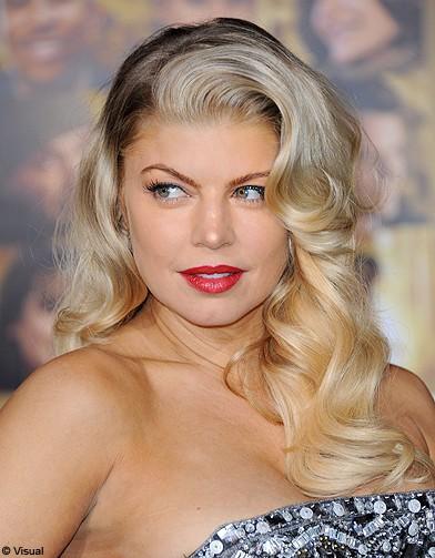 http://www.elle.fr/var/plain_site/storage/images/beaute/cheveux/tendances/20-coiffures-bouclees-retro/fergie/20135226-1-fre-FR/Fergie_reference.jpg