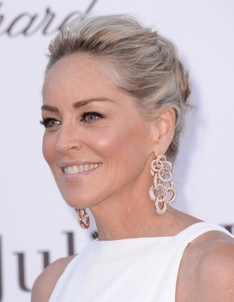 Sharon stone et son chignon flou cannes 2013 les for Coupe de cheveux sharone stone