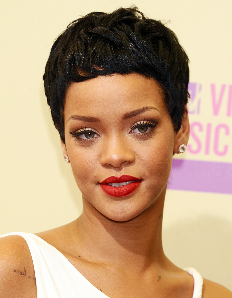 la coupe courte de rihanna coiffures ces stars qui ont. Black Bedroom Furniture Sets. Home Design Ideas