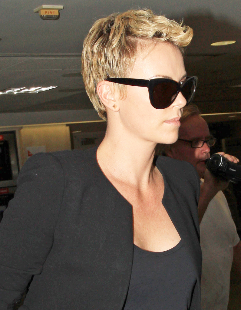 charlize theron garde sa coupe pixie blonde coupe. Black Bedroom Furniture Sets. Home Design Ideas