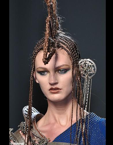 http://cdn-elle.ladmedia.fr/var/plain_site/storage/images/beaute/les-essentiels/articles/coiffure-et-maquillage-defiles-haute-couture-ete-2010-suite/coiffure-et-maquillage-haute-couture-ete-2010-jean-paul-gaultier-6/13237226-1-fre-FR/Coiffure-et-maquillage-haute-couture-ete-2010-Jean-Paul-Gaultier-6_reference.jpg