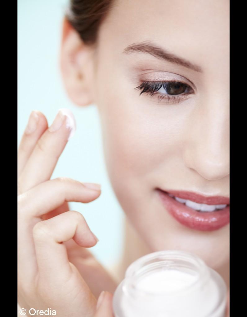 2 ne pas hydrater sa peau avant de se maquiller alerte aux 10 faux pas make up elle. Black Bedroom Furniture Sets. Home Design Ideas