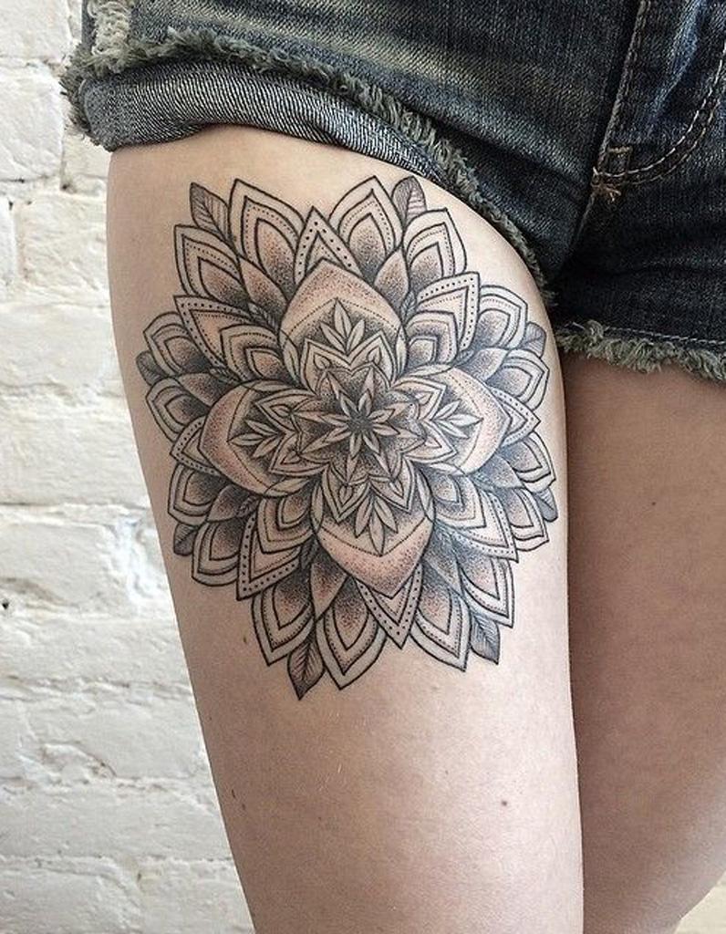 idée tatouage : une rosace sur la cuisse - les 40 plus beaux