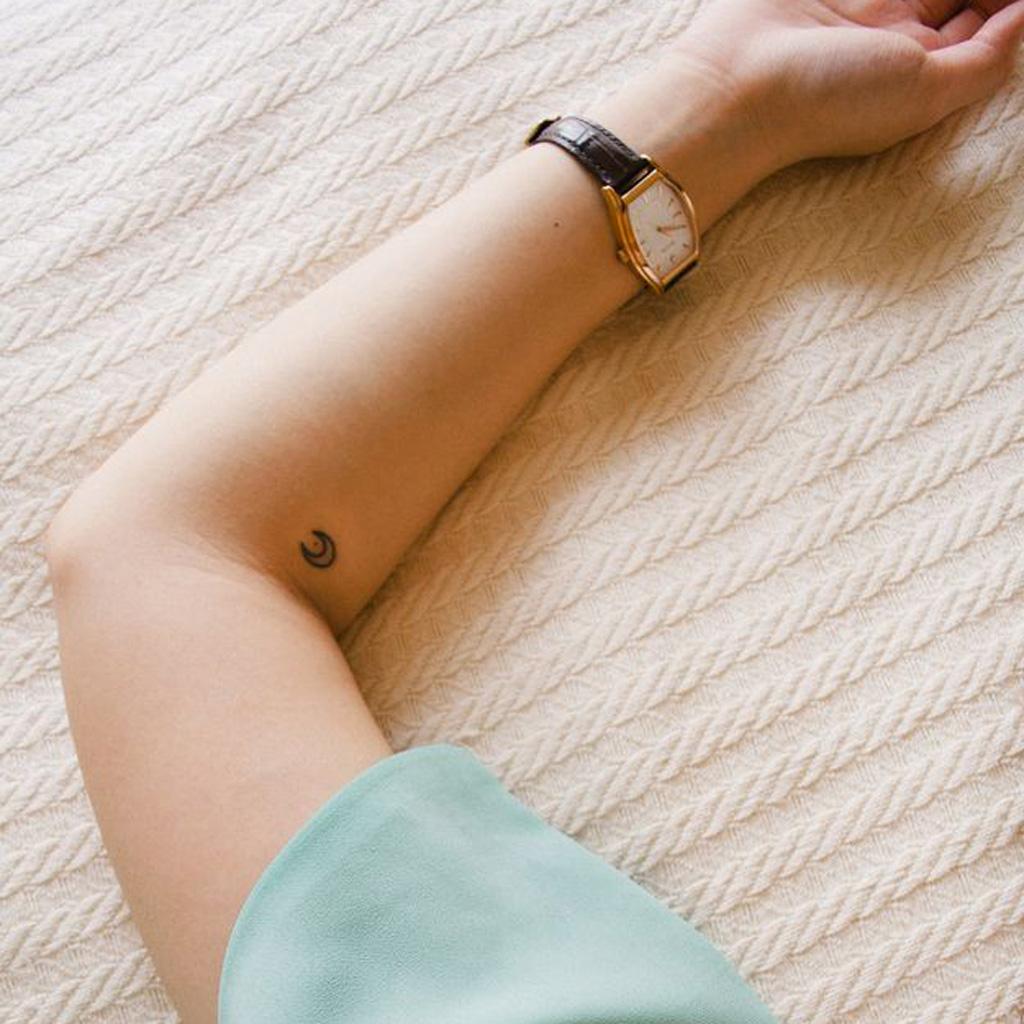petit tatouage lune petit tatouage un tattoo oui mais discret elle. Black Bedroom Furniture Sets. Home Design Ideas