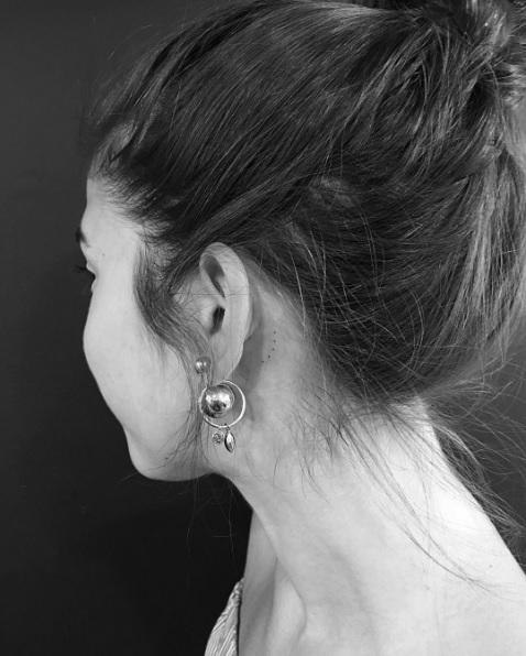 Tatouage derrière l'oreille minimaliste - 20 idées de