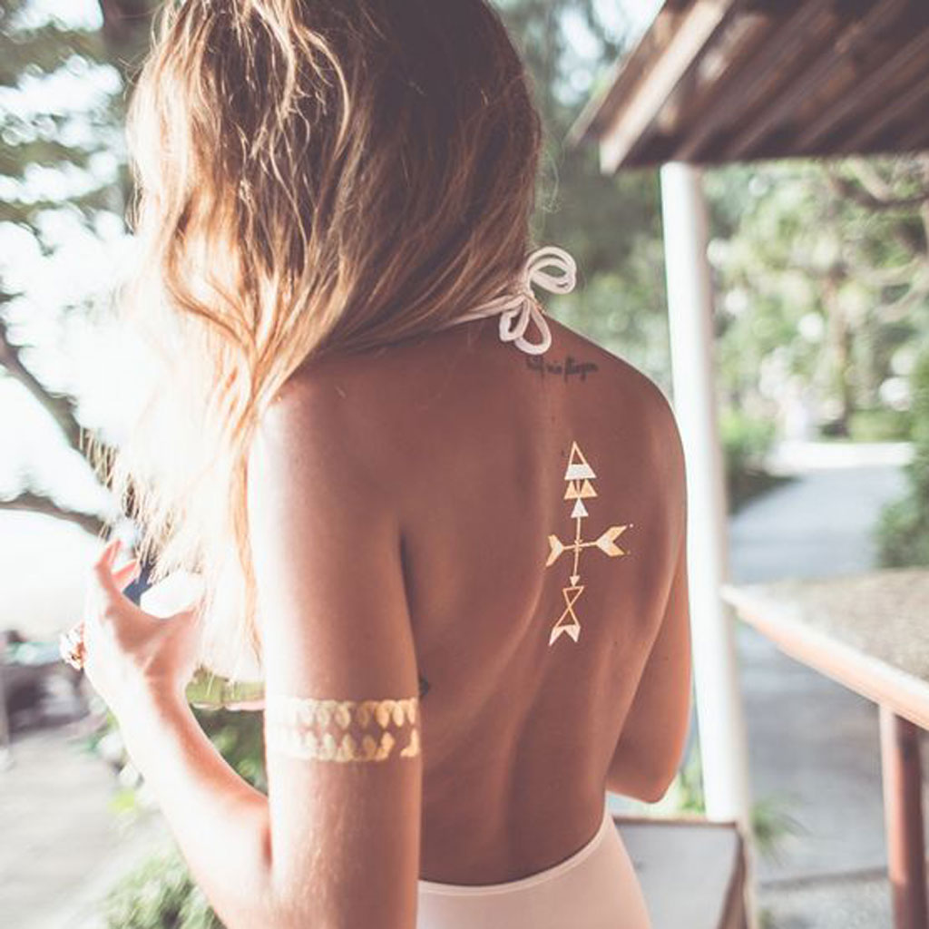 tatouage dor fl ches 24 tatouages dor s pour une peau. Black Bedroom Furniture Sets. Home Design Ideas