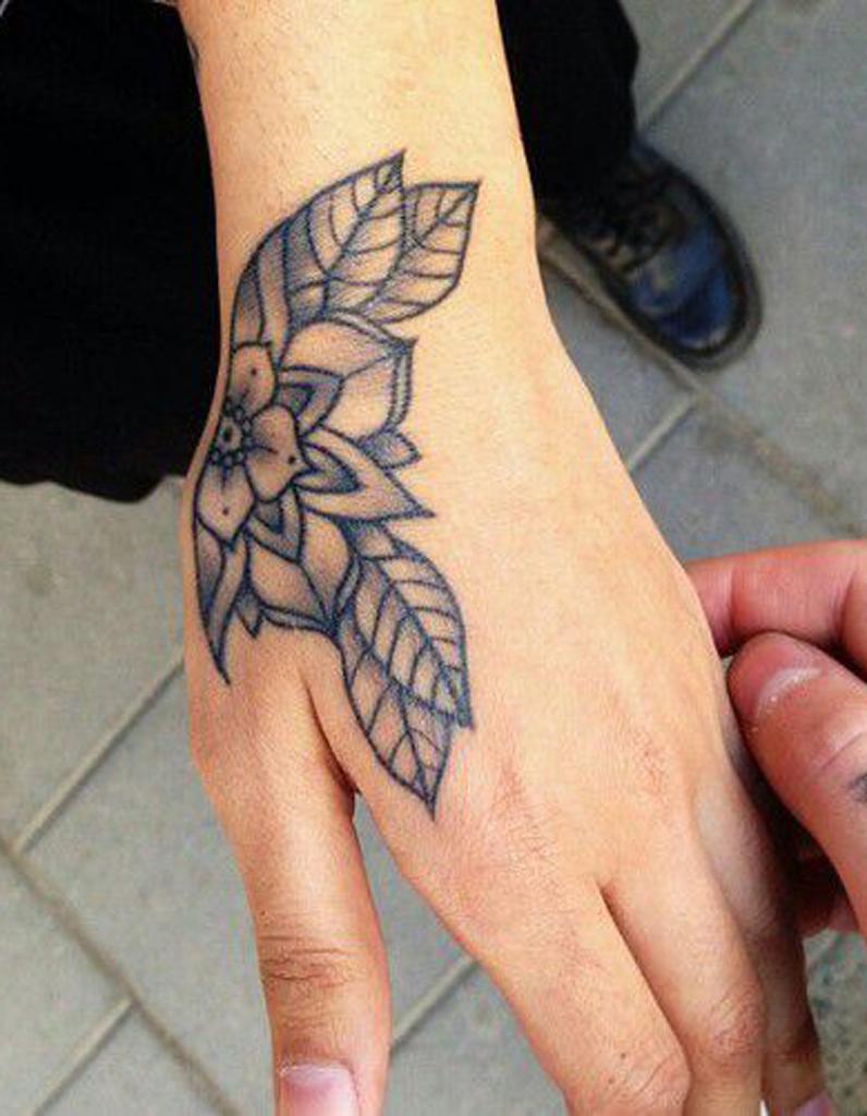 Tatouage Main Rose Un Tatouage Sur La Main Cederez Vous A La