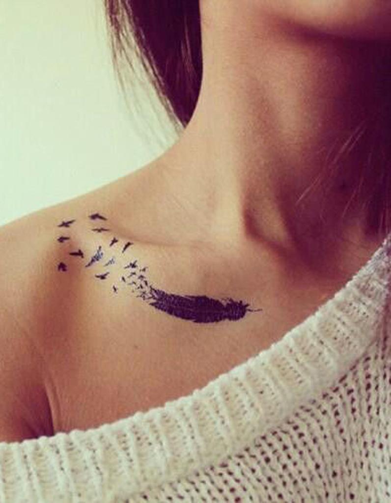 Tatouage plume clavicule , Tatouage plume  la légereté dans la peau , Elle