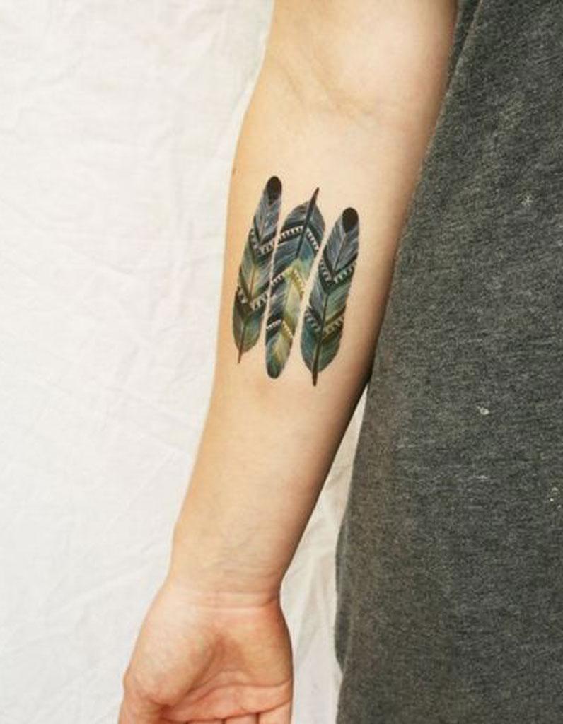 tatouage plume couleur tatouage plume la l geret dans la peau elle. Black Bedroom Furniture Sets. Home Design Ideas