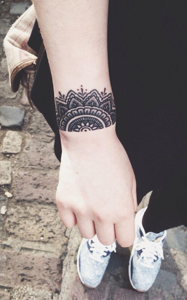 tatouage poignet dentelle tatouage 40 jolies id es. Black Bedroom Furniture Sets. Home Design Ideas