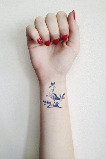 tatouage poignet femme oiseau tatouage 40 jolies id es. Black Bedroom Furniture Sets. Home Design Ideas