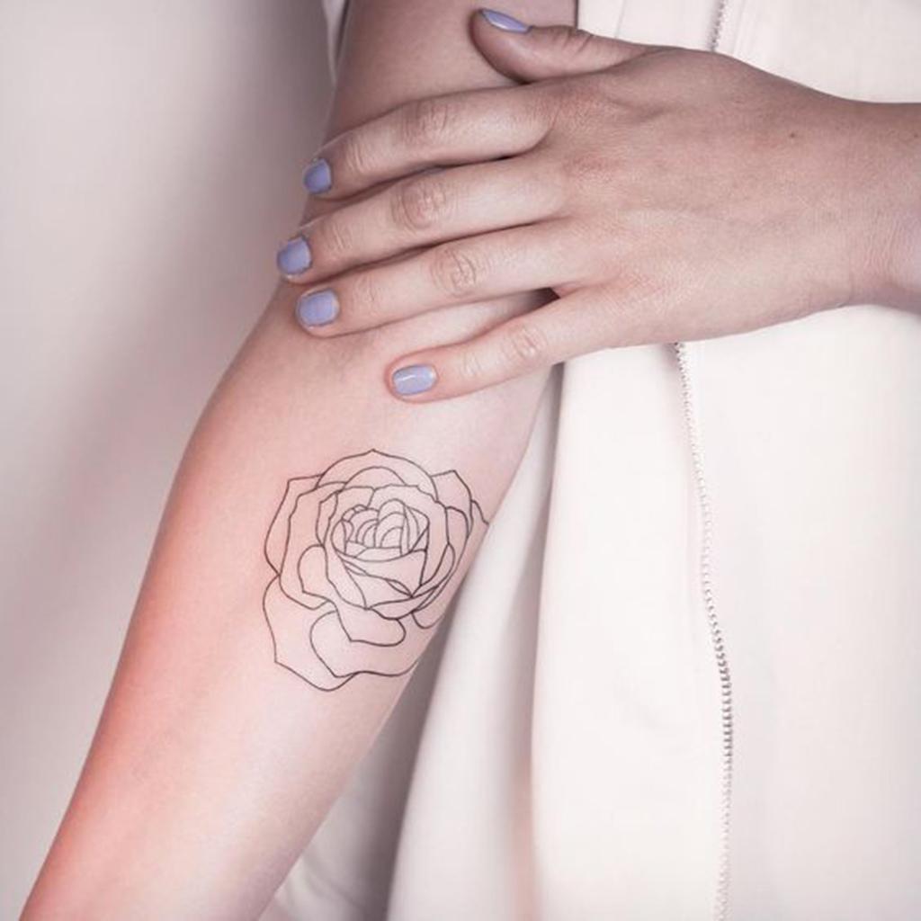 tatouage rose bras femme ces tatouages de rose qui ne faneront jamais elle. Black Bedroom Furniture Sets. Home Design Ideas