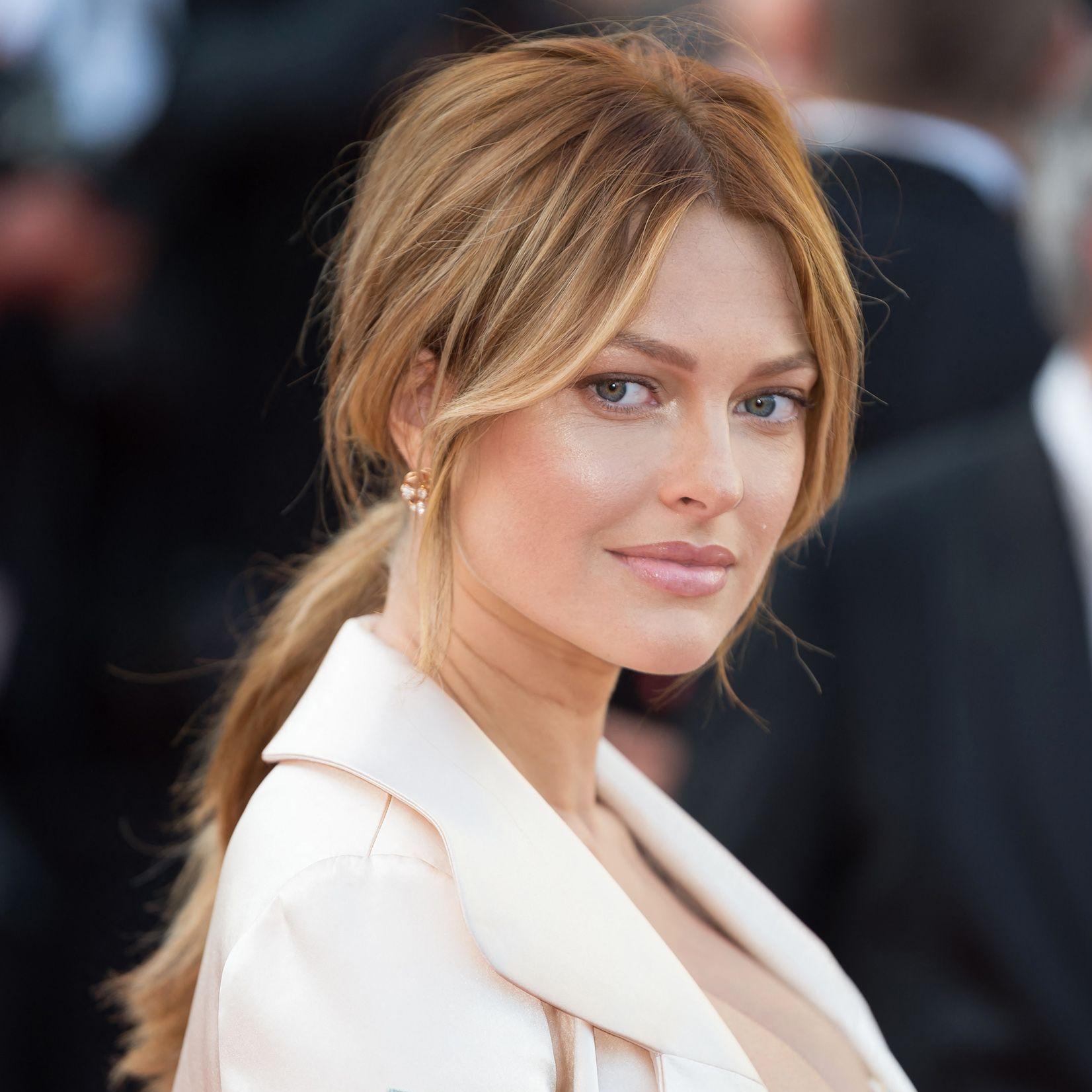 Caroline Receveur : coiffure et maquillage des années 90