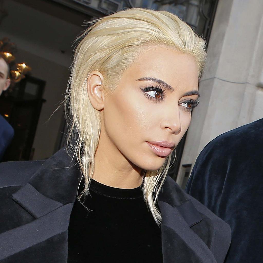 on n'en revient pas : kim kardashian est devenue blond platine ! - elle