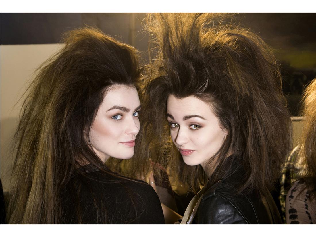 Règle n°3 : savoir crêper ses cheveux - Les 5 règles d'or pour un chignon réussi - Elle