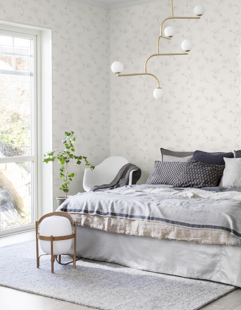 une chambre blanche habill e de papier peint motif la. Black Bedroom Furniture Sets. Home Design Ideas