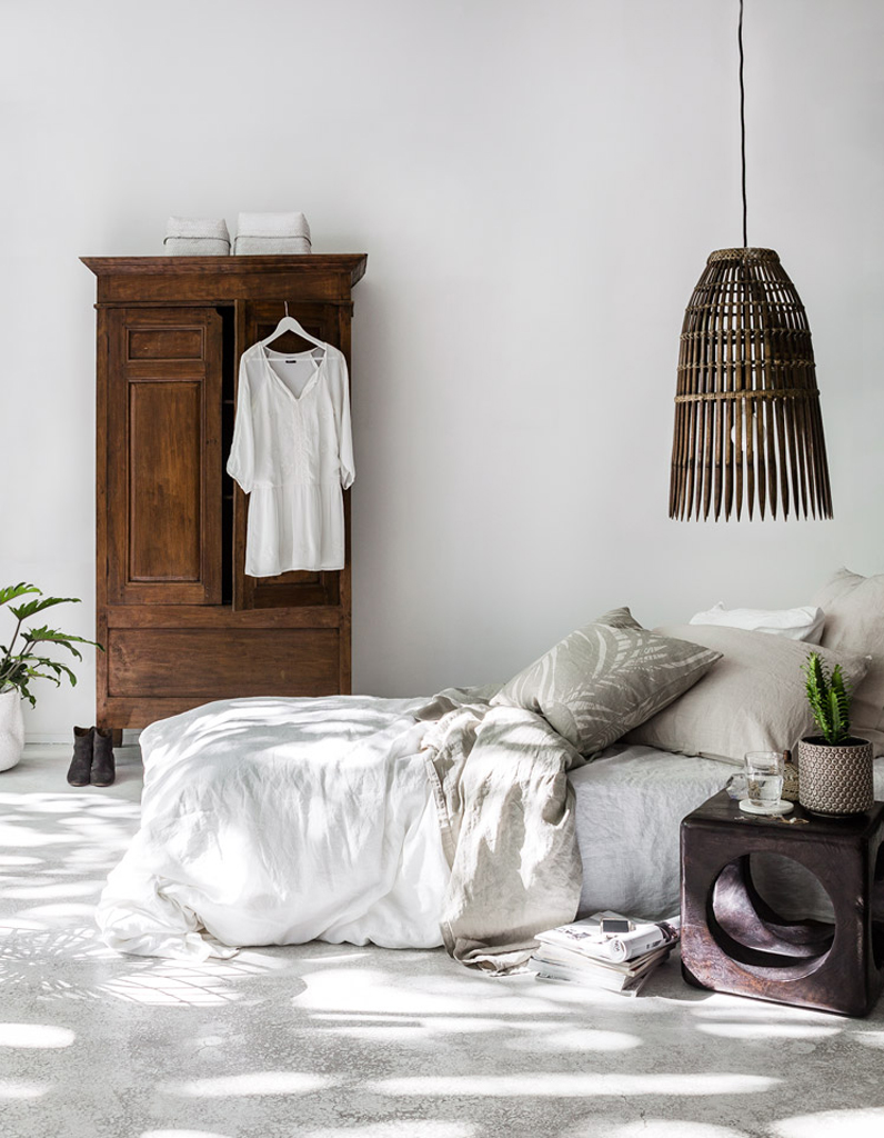 Une chambre blanche réveillé par des éléments en bois foncé - La