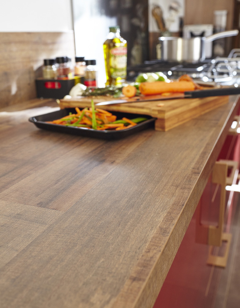 un plan de travail imitation bois pour une cuisine rustique chic des plans de travail pour. Black Bedroom Furniture Sets. Home Design Ideas