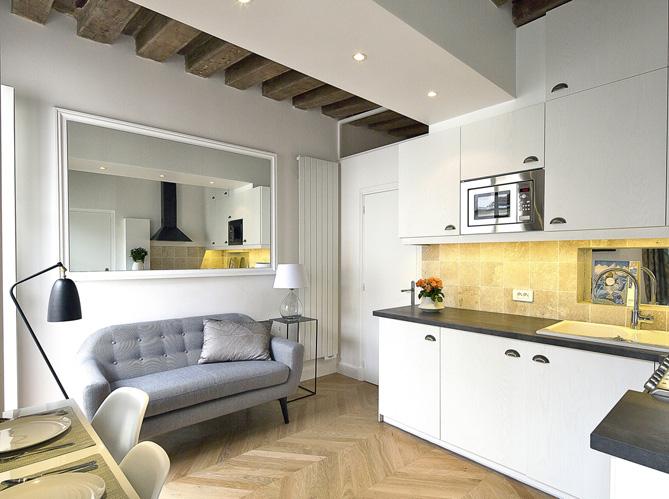 Relooking d 39 un petit appartement au coeur du marais elle d coration - Deco salon petite surface ...