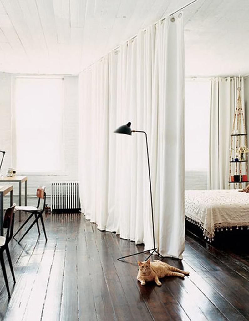 Rideaux Design Pour Chambre des rideaux clairs fixés au plafond pour délimiter la