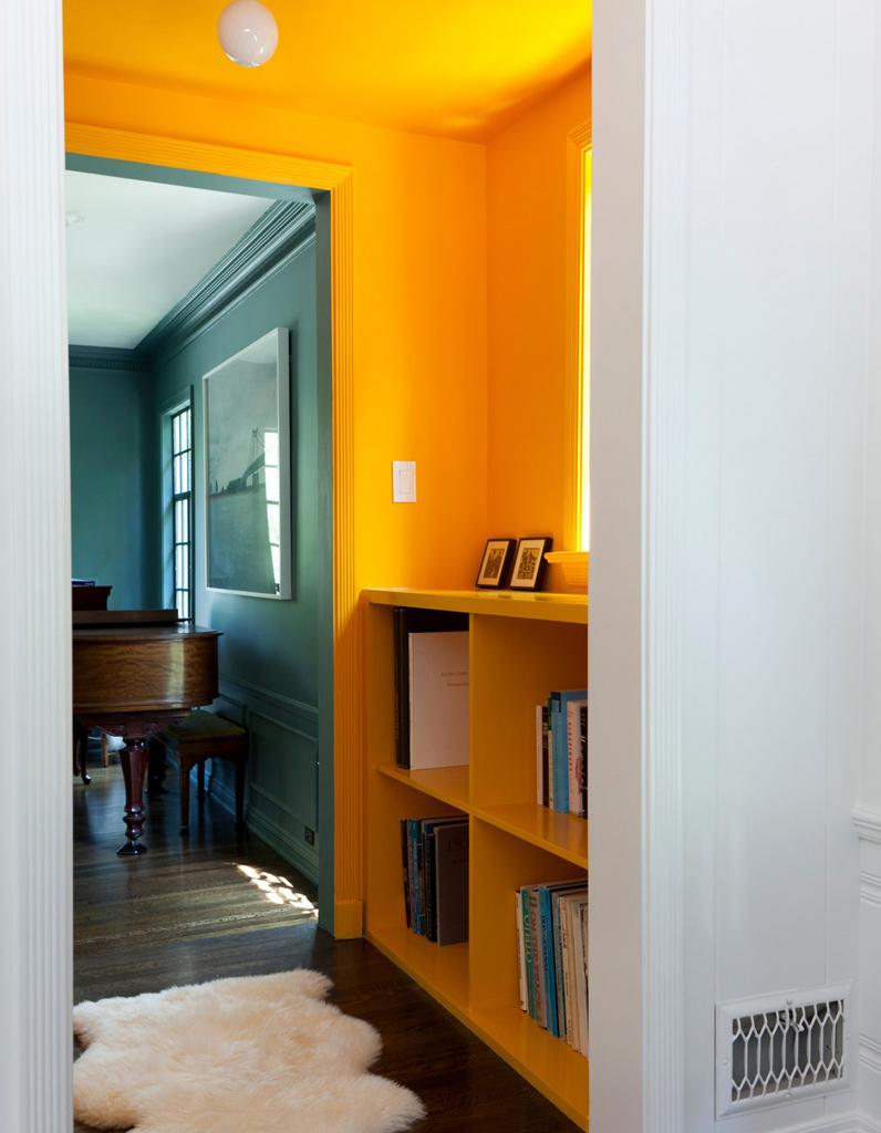 un plafond et des murs bouton d 39 or pour un couloir ultra lumineux un plafond en couleur pour. Black Bedroom Furniture Sets. Home Design Ideas